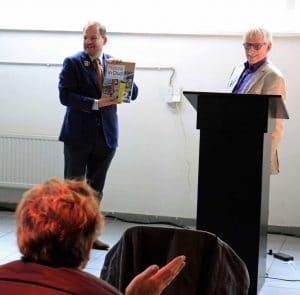 Nieuw_in_Oud_Binckhorst_Den_Haag_uitreiking_eerste_exemplaar_